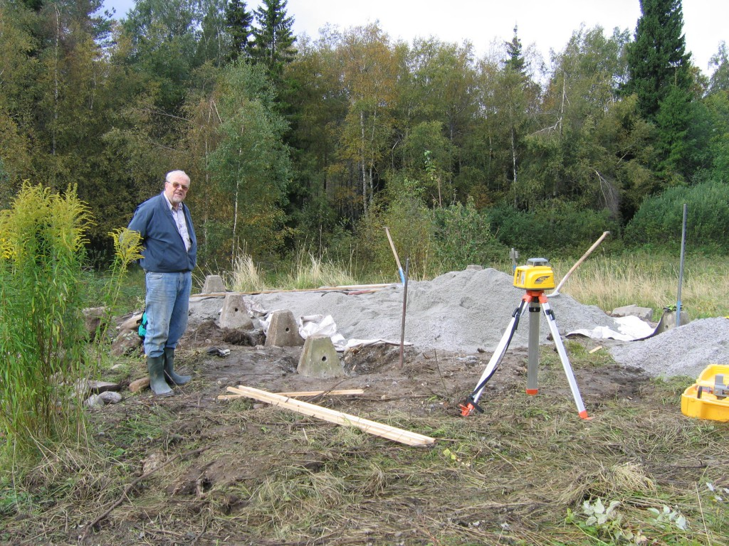 Lennart Nyström studerar grundarbetet