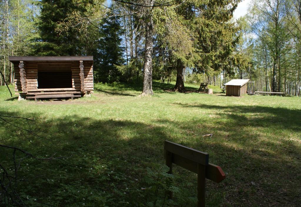 Lägerplats med vindskydd