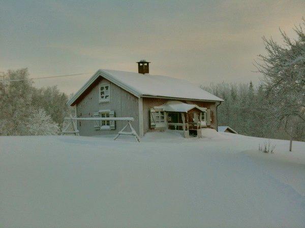 snöig stuga