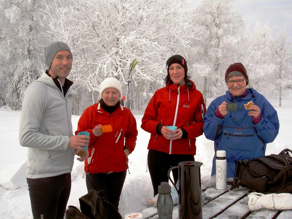 glada skidåkare